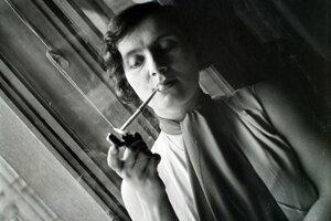 Vonkajším prejavom emancipácie bolo aj to, že ženy začali fajčiť.