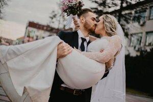 Vo februári sa oženil s dlhoročnou priateľkou Amelou.