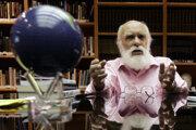 Kanadsko-americký bývalý iluzionista James Randi, ktorý podstatnú časť kariéry strávil vyvracaním tvrdení o nadprirodzene, zomrel vo veku 92 rokov.