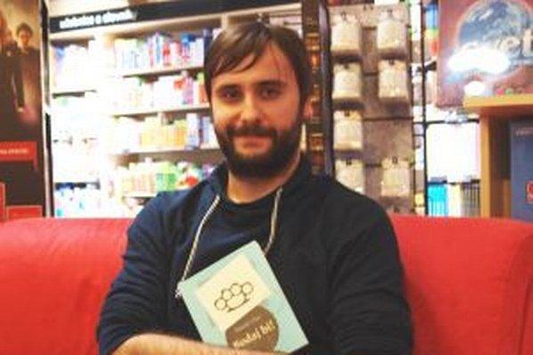 Tomáš Ulej so svojou knižkou Bodaj bi!
