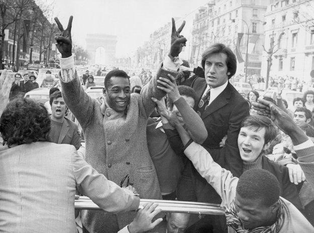 Na archívnej fotografii z 30. marca 1971 Pele s fanúšikmi na bulvári Champs Elysees v Paríži.