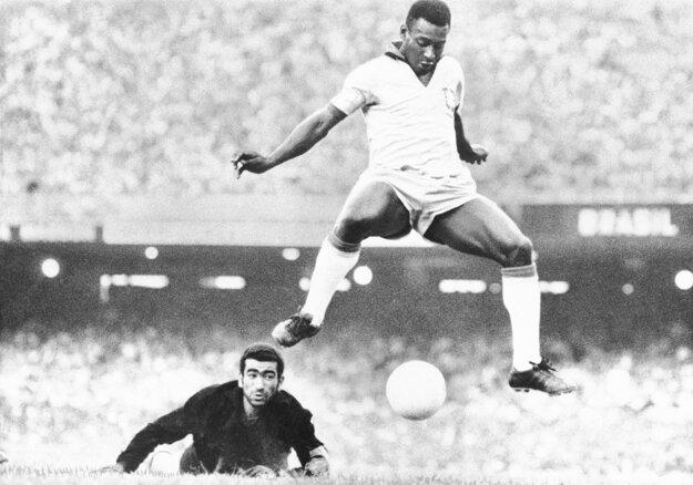 Na archívnej snímke z augusta 1969 brazílsky futbalista Pelé a venezuelský brankár Fabrizio Fasano v Riu de Janeiro.