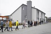 Ľudia čakajú na testovanie v obci Kľušov v bardejovskom okrese.