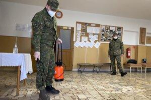 Vojaci dezinfikujú odberovú miestnosť v obci Smilno.