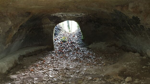 Vnútro a vchod do jednej z takzvaných tatárskych pivníc pri obci Ľuboreč