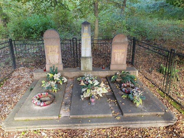 Na snímke uprostred hrob Daniela Maróthyho, otca Eleny Maróthy-Šoltésovej, na starom cintoríne v Ľuboreči v Lučeneckom okrese.