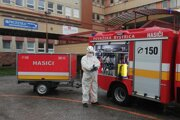 Hasiči dezinfikujú okolie nemocnice