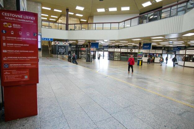 Bratislavská Hlavná stanica počas čiastočného lockdownuS