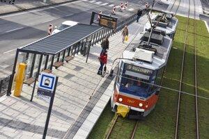 Od 26. októbra  je obnovená premávka električiek do Karlovej Vsi a Dúbravky. Na snímke je linka č. 9 na zastávke Botanická záhrada.
