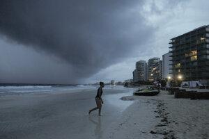 Búrka Zeta na pláži Gaviota v oblasti mexického mesta Cancún.