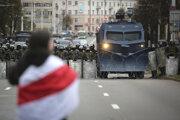 Policajná barikáda počast protestu v Minsku.