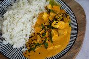 Údené tofu v kurkumovej omáčke. V univerzitných jedálňach sa stále častejšie objavujú vegánske jedlá.