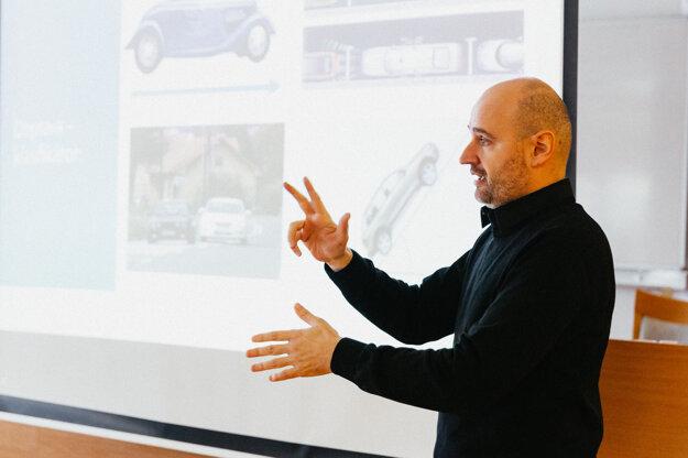 Michal Hefty, lektor slovenského posunkového jazyka pri názorných ukážkach posunkov.