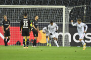 Brazílčan Casemiro (druhý sprava) strieľa gól v nadstavenom čase.