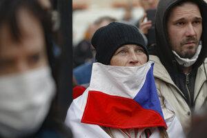 Žena s českou vlajkou počas protestu proti koronavírusovým opatreniam 28. októbra 2020 v Prahe.