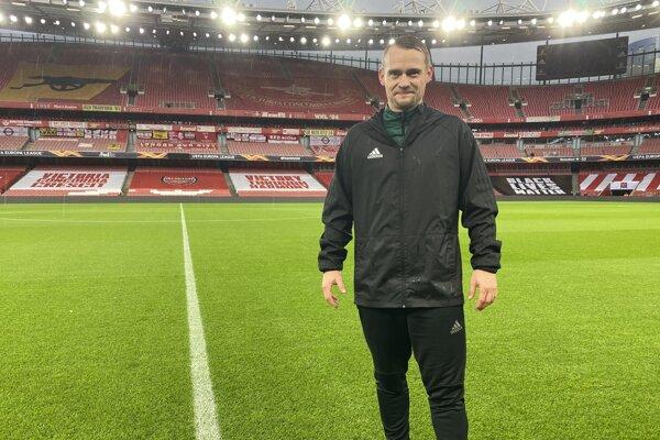 Peter Bednár na štadióne Arsenalu v Londýne.