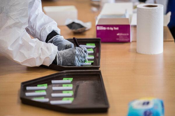 Pri plošnom testovaní sa využívajú antigénové testy.