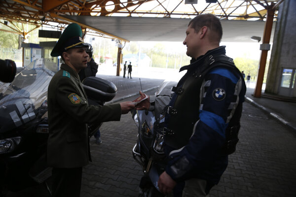 Príslušník bieloruskej pohraničnej stráže kontroluje doklady.
