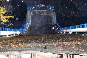 Most sa zlomil tak, že tvarom deformácie pripomína U-rampu na skateboarding.