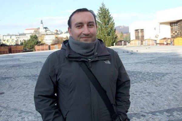 Mestský doručovateľ Peter Pócsik píše knihu.