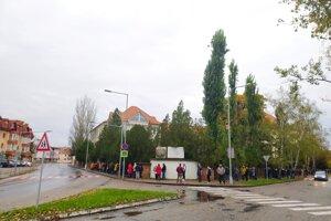 Čakanie na testovanie pri odbernom mieste na ZŠ Gergelya Czuczora v Nových Zámkoch.