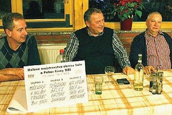 Zloženie skupín určil žreb. Sprava Ladislav Kokeš, prezident futbalového klubu v Hornej Kráľovej, Tibor Rábek, majiteľ firmy TIBI, a Miroslav Bán, hostiteľ žrebovania v Cardinal Clube.