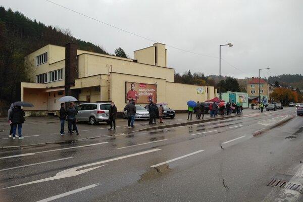Obyvatelia mesta stoja v radoch, pred nemocnicou je nové odberné miesto