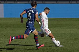 Eden Hazard (vpravo) tesne pred krásnym gólom do siete SD Huesca.