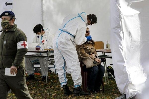 Testovanie za účasti rakúskych špecialistov na odberovom mieste v areáli Závodiska š.p. v Petržalke.
