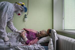 Ukrajinský lekár hovorí s pacientkou.