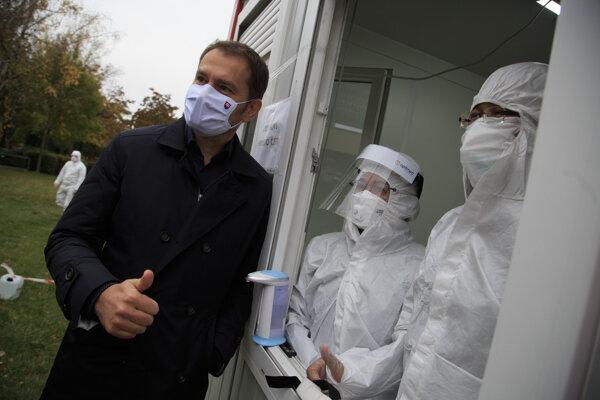 Premiér Matovič (vľavo) počas návštevy odberového miesta na Dostihovej dráhe v Petržalke.
