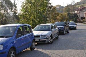Rady parkujúcich áut pred odberným miestom v Leštinách pri pilotnom kole.