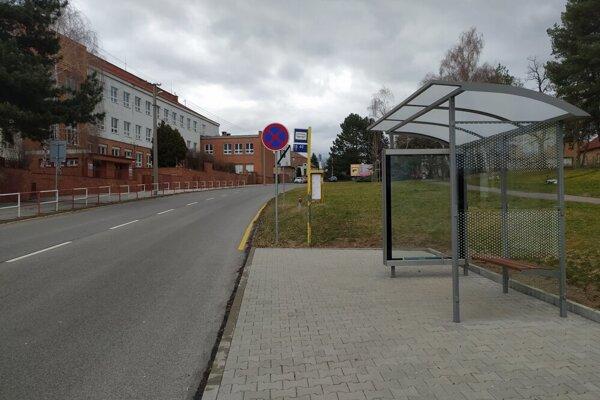 Zastávka je pri škole len vjednom smere.