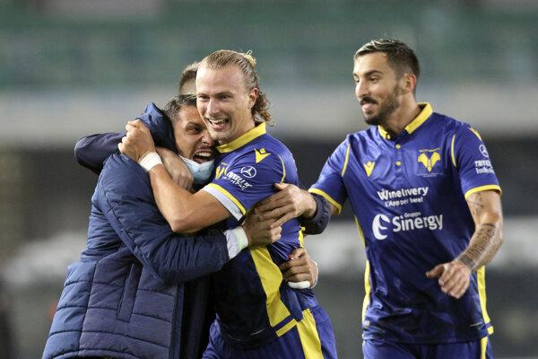 Antonín Barák (v strede) oslavuje gól v drese Hellas Verona.