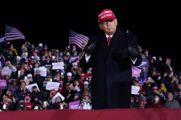 Americký prezident Donald Trump po jeho prejave na predvolebnom zhromaždení v meste Grand Rapids, v americkom štáte Michigan.