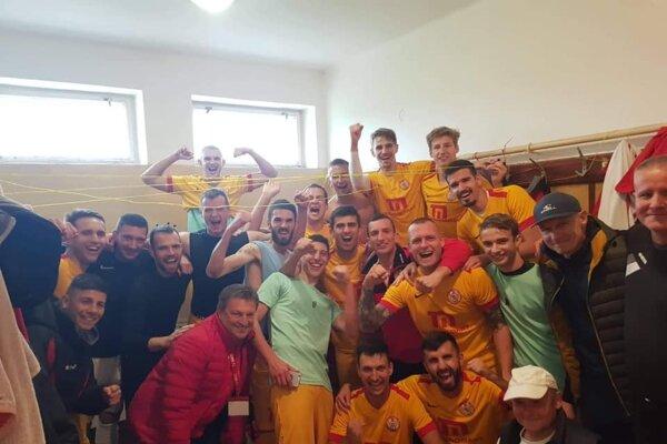 Nefalšovaná radosť Imeľčanov všatni po víťaznom zápase nad Malženicami vpomere 1:0.