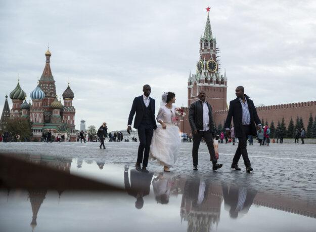 Novomanželia na moskovskom Červenom námestí 23. októbra.