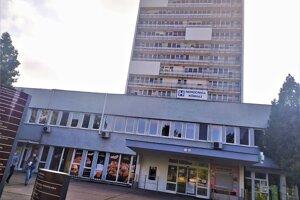 V novozámockej nemocnici je 86 zamestnancov pozitívnych na nový koronavírus.