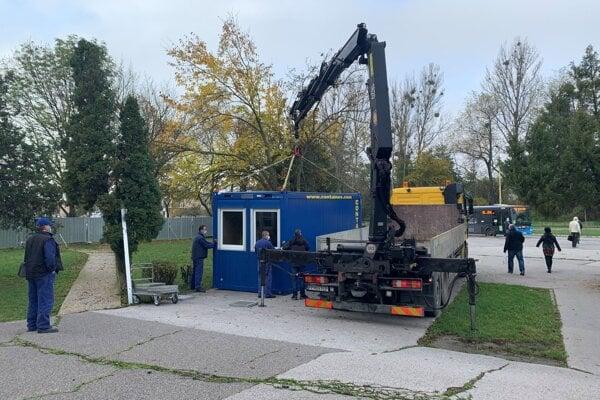 Mobilné odberové miesta nemocnice v Šaci.
