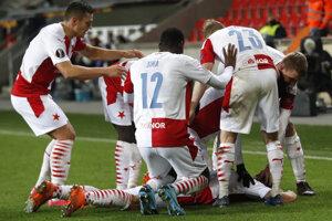 Futbalisti Slavie Praha sa tešia zo streleného gólu.