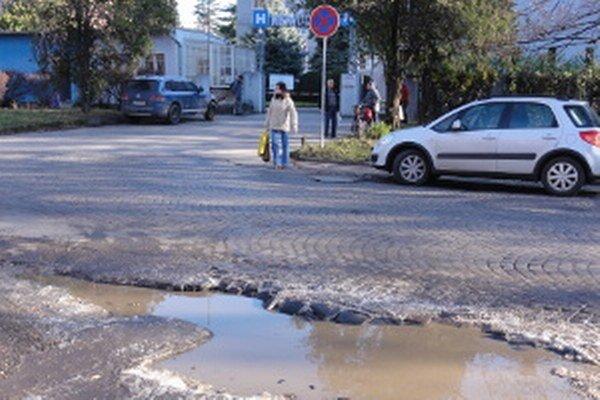 Z diery rovno do nemocnice. Cesta pred špitálom  mestu nepatrí, ľudí jej stav i tak vytáča.