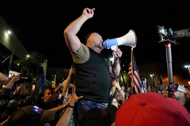 Alex Jones na proteste podporovateľov Trumpa.