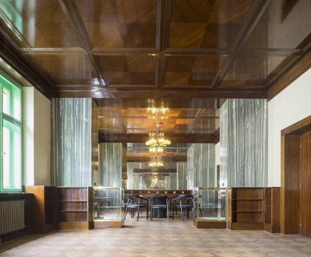 Salón v byte rodiny Krausovcov patrí k najkrajším Loosovým plzenským interiérom