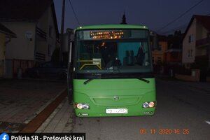 Autobus porušil predpisy pri vchádzaní do obce cez železničné priecestie.