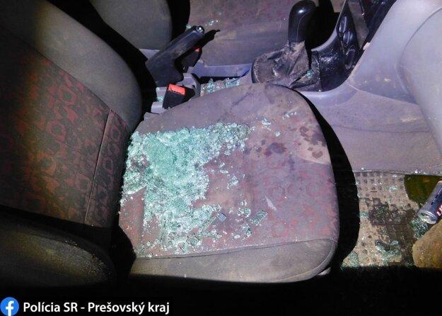 Do auta sa dostal cez okno, ktoré rozbil.