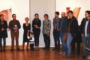 Záber z vernisáže výstavy za účasti vystavujúcich autorov.