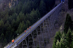 Požiarnici kráčajú 12. novembra 2000 v rakúskom Kaprune po trati lanovky k tunelu, v ktorom 11. novembra zahynulo 155 ľudí po tom, čo na vozni lanovky prepukol požiar.