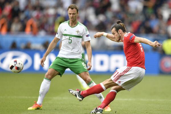 Jonny Evans bráni Garetha Balea.