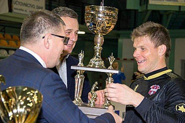 Vlani preberal putovný pohár kapitán FC ViOn Martin Kuciak z rúk primátora Jozefa Dvonča a prezidenta SFZ Jána Kováčika.