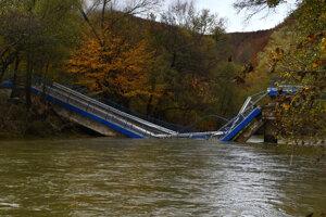 Spadnutý most medzi Kysakom a Veľkou Lodinou.